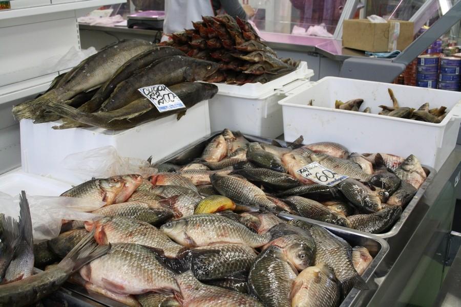 крытом рынке в магазине рыбалка